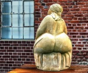 sculpture femme obèse de dos