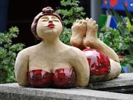 sculpture femme pulpeuse en maillot de bain rouge